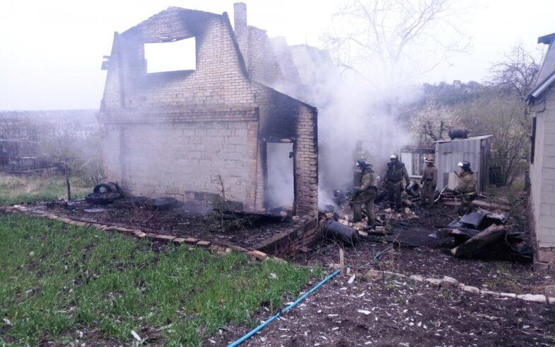 В Липецке загорелся садовый домик