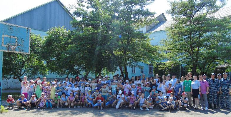 В Липецке полицейские-кинологи и общественники устроили праздник для детей из школьного лагеря